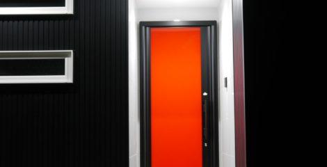 赤いエントランスの家