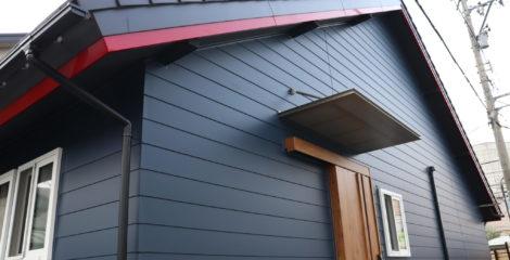 青と赤、平屋の屋根